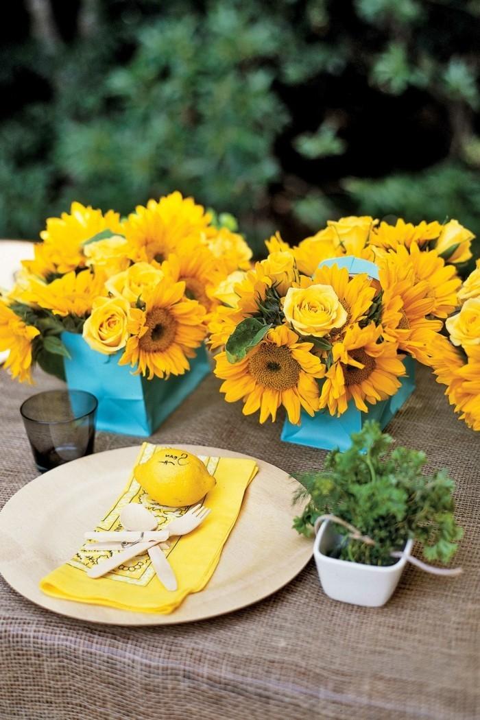 Tischdeko-mit-Sonnenblumen-in-blauer-Vase