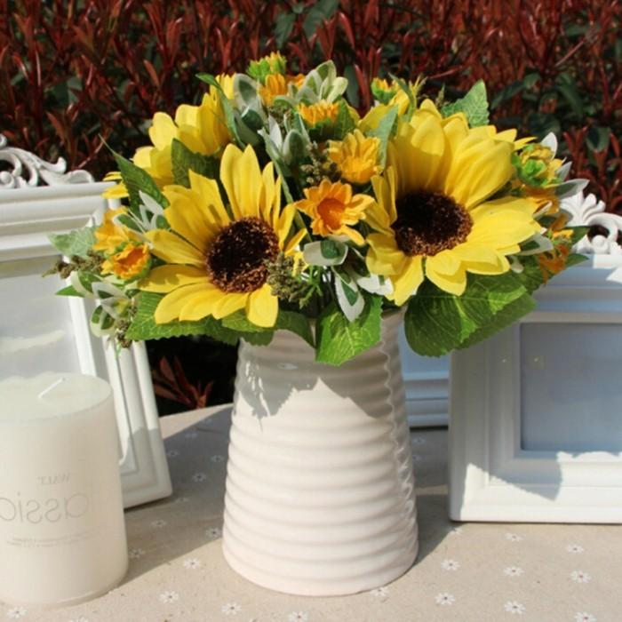 Tischdeko-mit-Sonnenblumen-in-weißer-Vase
