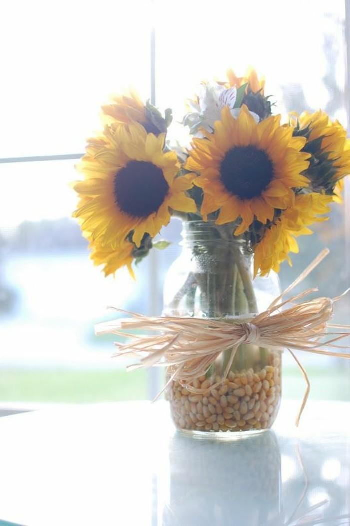 Tischdeko-mit-Sonnenblumen-selbst-geschmückte-Vase