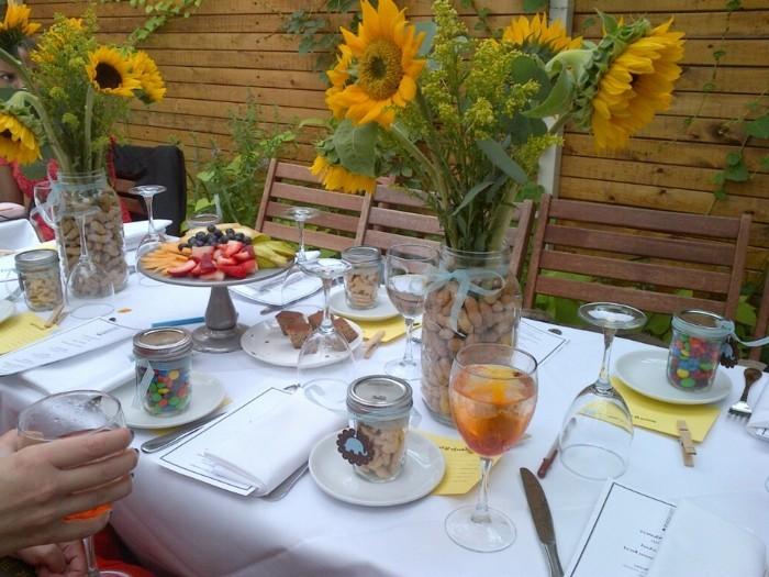 Tischdeko-mit-Sonnenblumen-so-kreativ