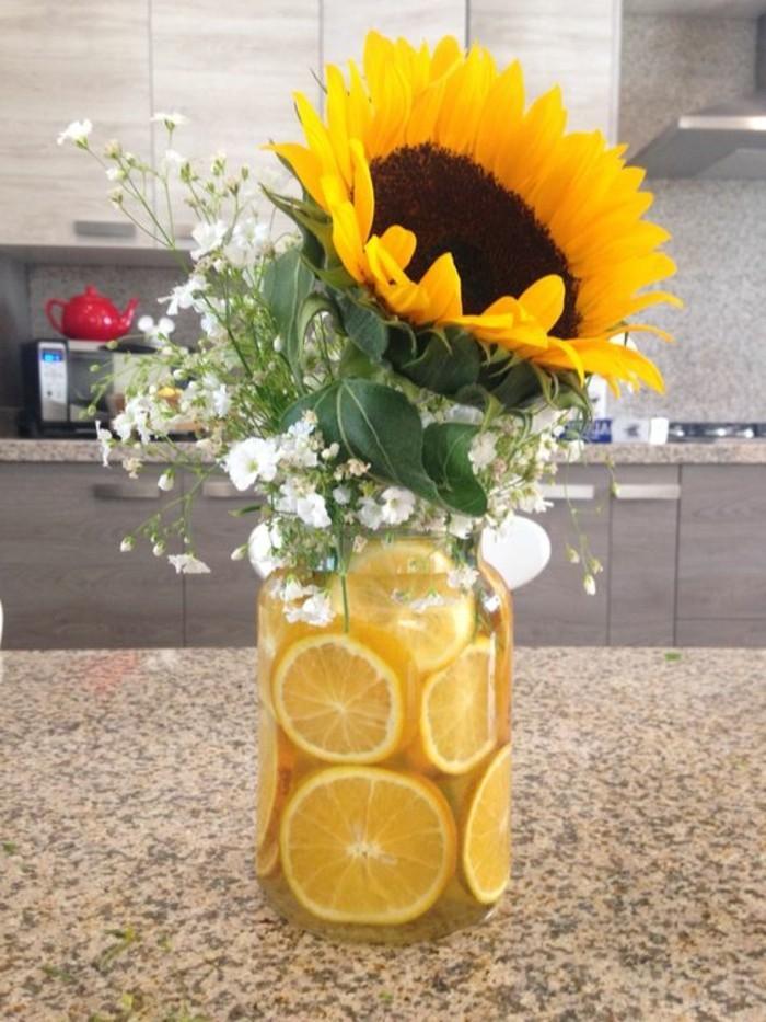 Tischdeko-mit-Sonnenblumen-und-Limonen