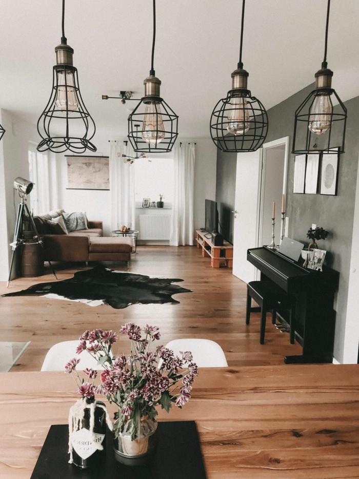 Beleuchtung aus Metall und sichtbare Glühbirnen, Klavier, kleines Wohnzimmer einrichten, Dekoration, Scheinwerfer