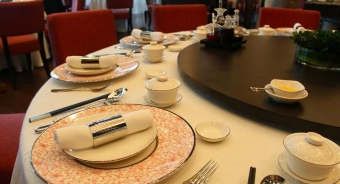 außergewöhnliche-Tischdeko-ausgefallen-bemusterte-Teller