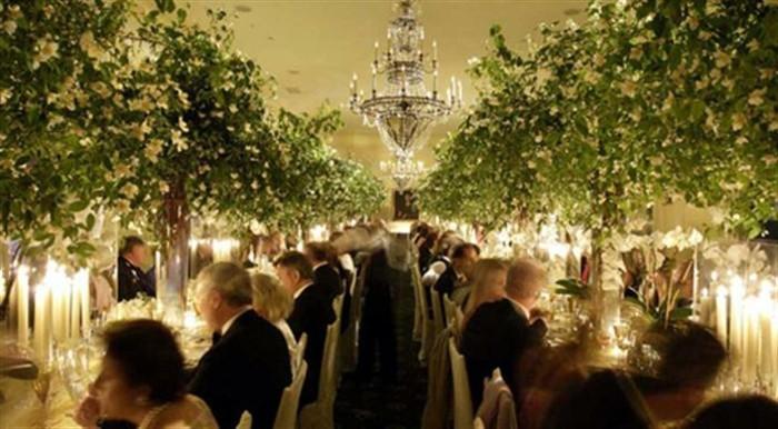 außergewöhnliche-Tischdeko-echte-Bäumen-auf-den-Tisch