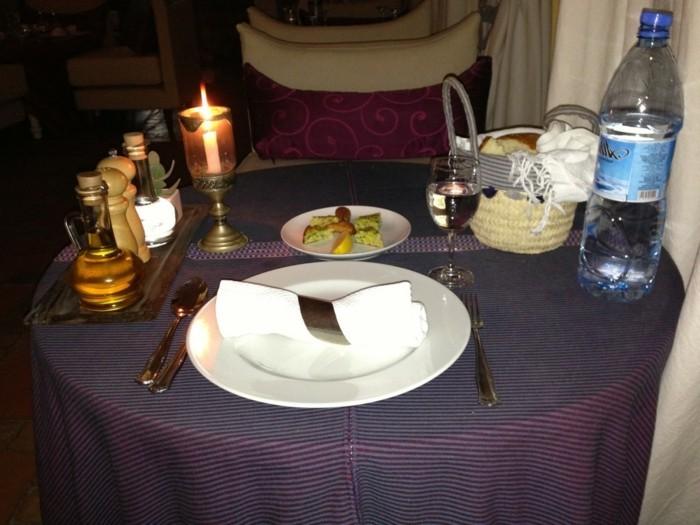 außergewöhnliche-Tischdeko-für-einsamen-Esser
