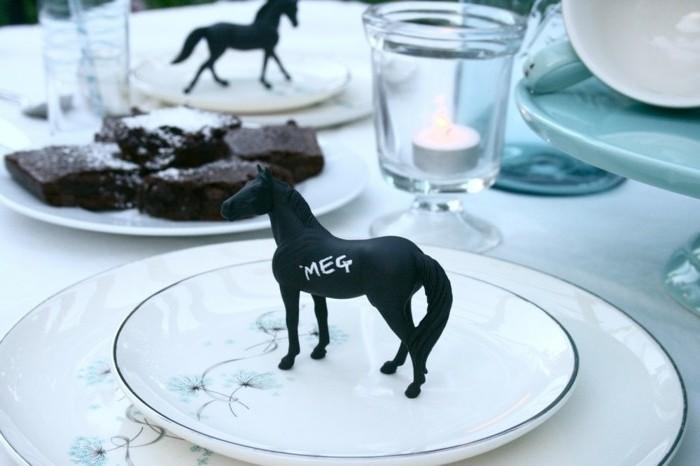 außergewöhnliche-Tischdeko-mit-einer-Pferdfigur