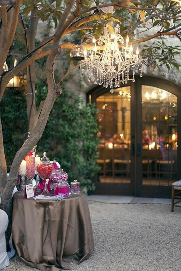 ausgefallene-Tischdeko-Hochzeit-mit-vielen-Süßigkeiten