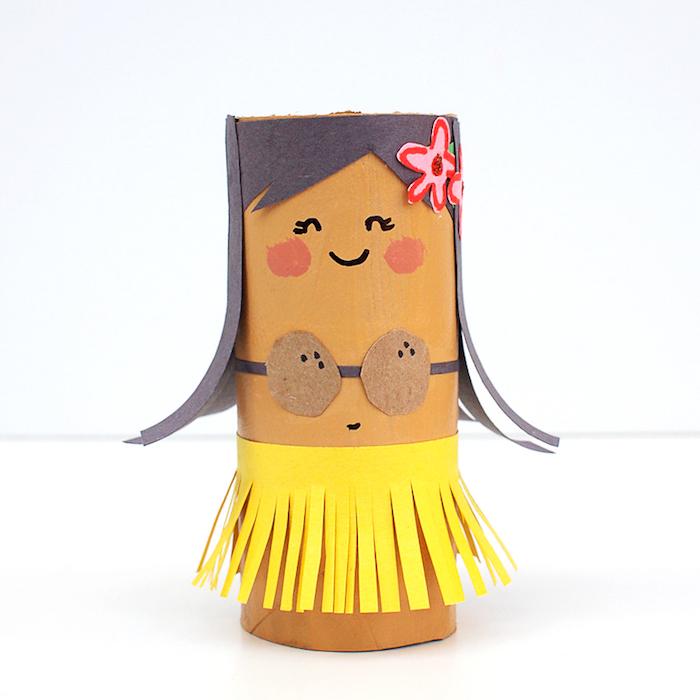 Bastelideen für Kinder mit Klopapierrollen, DIY Hawaiianerin, Gesicht mit Filzstift malen, Haare und Rock aus Papier