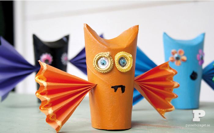 Bastelideen mit Klorollen für Kinder, Halloween Monster aus Klopapierrolle mit Flügeln aus Papier