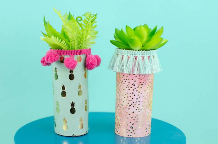 Deko selber machen aus Klopapierrollen, künstlichen Pflanzen und Bommeln