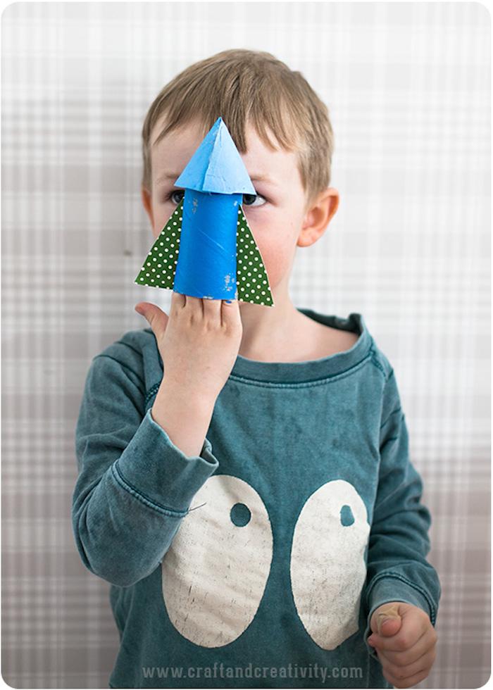 Bastelideen mit Klopapierrollen für Kleinkinder, Rakete selber machen und bemalen