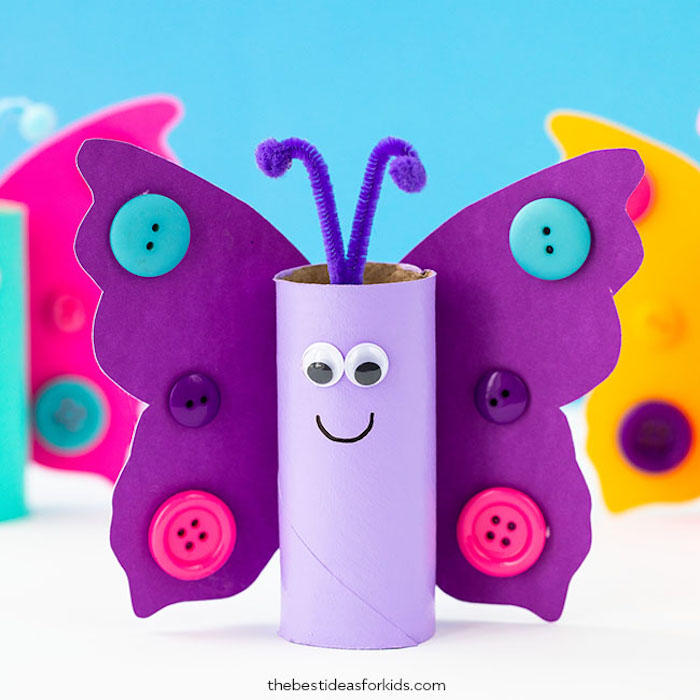 Schmetterlinge basteln aus Klorollen, Pfeifenreiniger für Antennen, Flügel aus Karton mit bunten Knöpfen, Wackelaugen kleben, Mund mit Filzstift malen