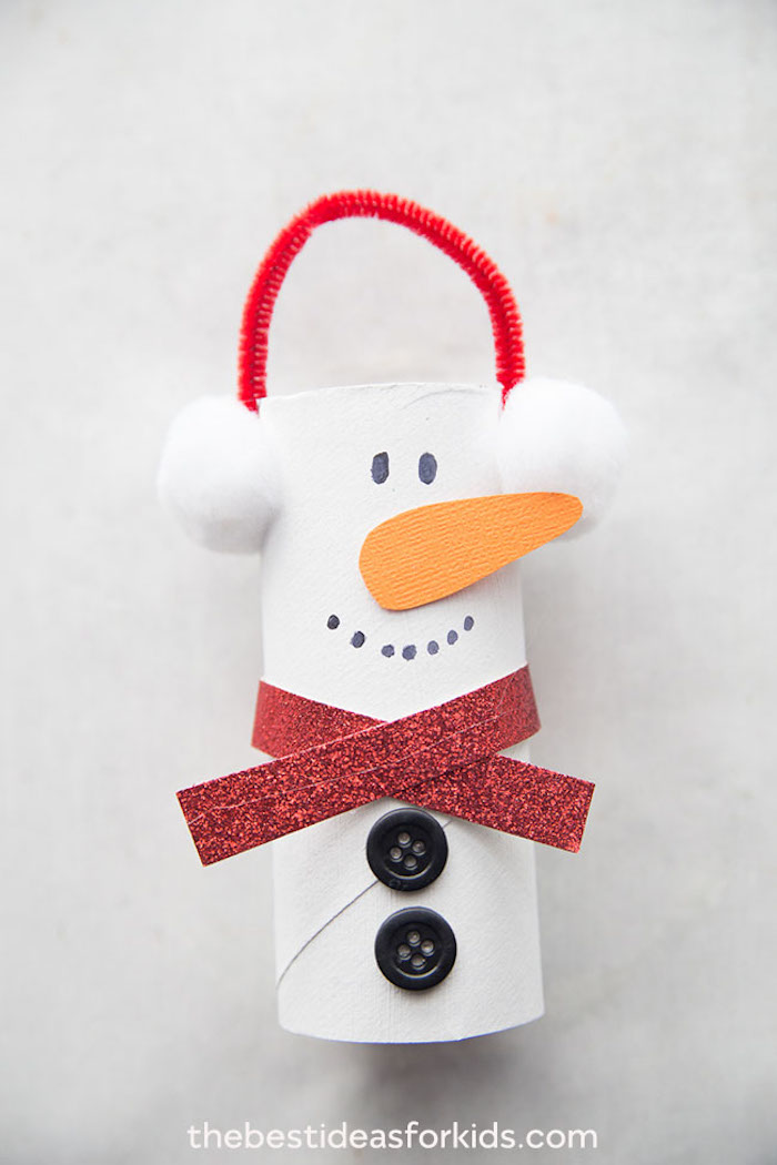 DIY Schneemann aus Klopapierrolle, zwei schwarze Knöpfe und Schal aus Glitzerpapier, Watte für Ohrenwärmer, Karotte aus Karton