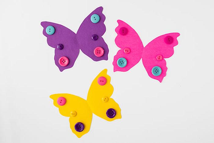 Schmetterlinge basteln mit Kindern, bunte Flügel aus Karton schneiden, mit Knöpfen verzieren