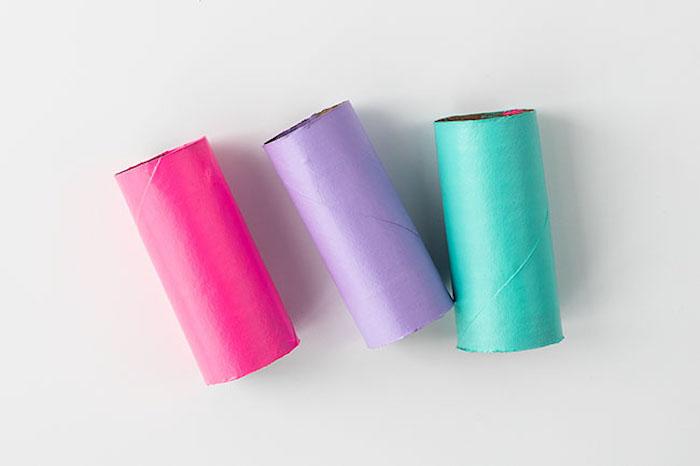 Drei Klorollen mit rosa, lila und grüner Farbe bestreichen, Schmetterlinge basteln mit Kindern