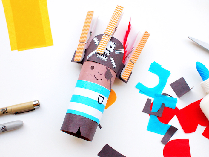 Bastelideen für Kinder, DIY Pirat aus Klopapierrolle, Elemente mit Wäscheklammern befestigen