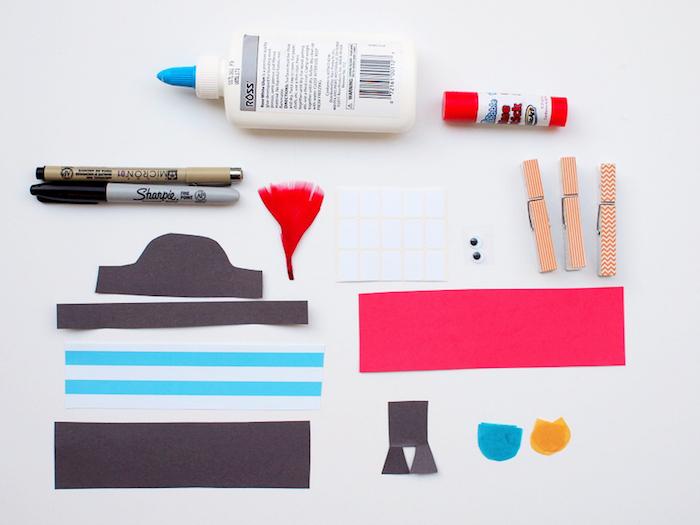 Materialien für DIY Pirat, Elemente aus Papier, Wäscheklammern und Aufkleber, Wackelaugen Bastelkleber und Filzstifte