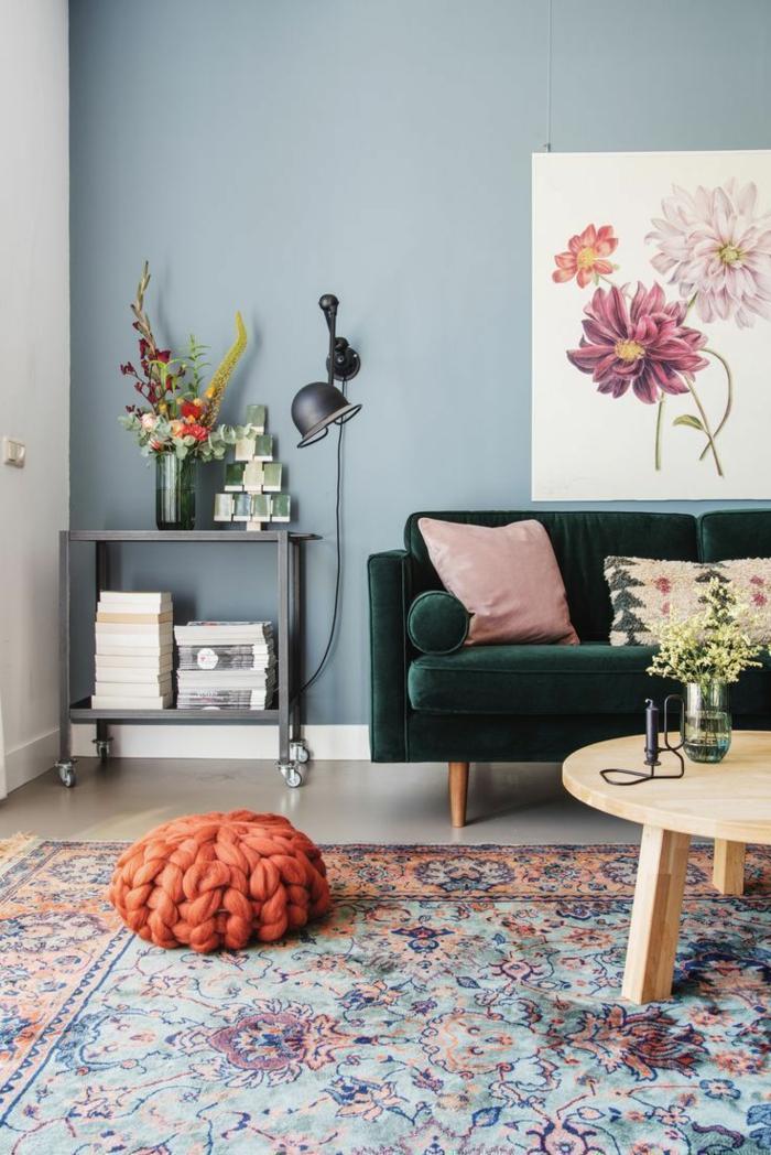 Teppich mit Blumenmotive, Sofa in dunkelgrün, Einrichtungsideen Wohnzimmer, Bild von Blumen