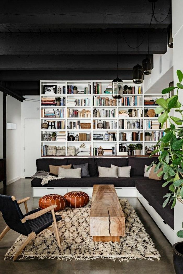 Regal mit viele Bücher, alte Bank aus Holz verwendet als Tisch, Wohnzimmer einrichten Beispiele, Industrial chic