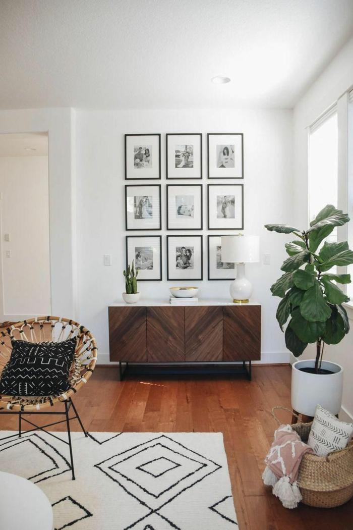 Familienfotos an der Wand, Holzkommode, Wohnzimmer einrichten modern, Weidenkorb, moderner Stuhl