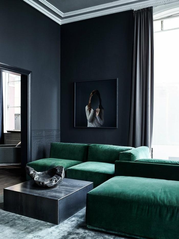 Farbgestaltung in dunklen Töne, großes Sofa in grüner Farbe, Minimalismus, Wohnzimmereinrichtungen