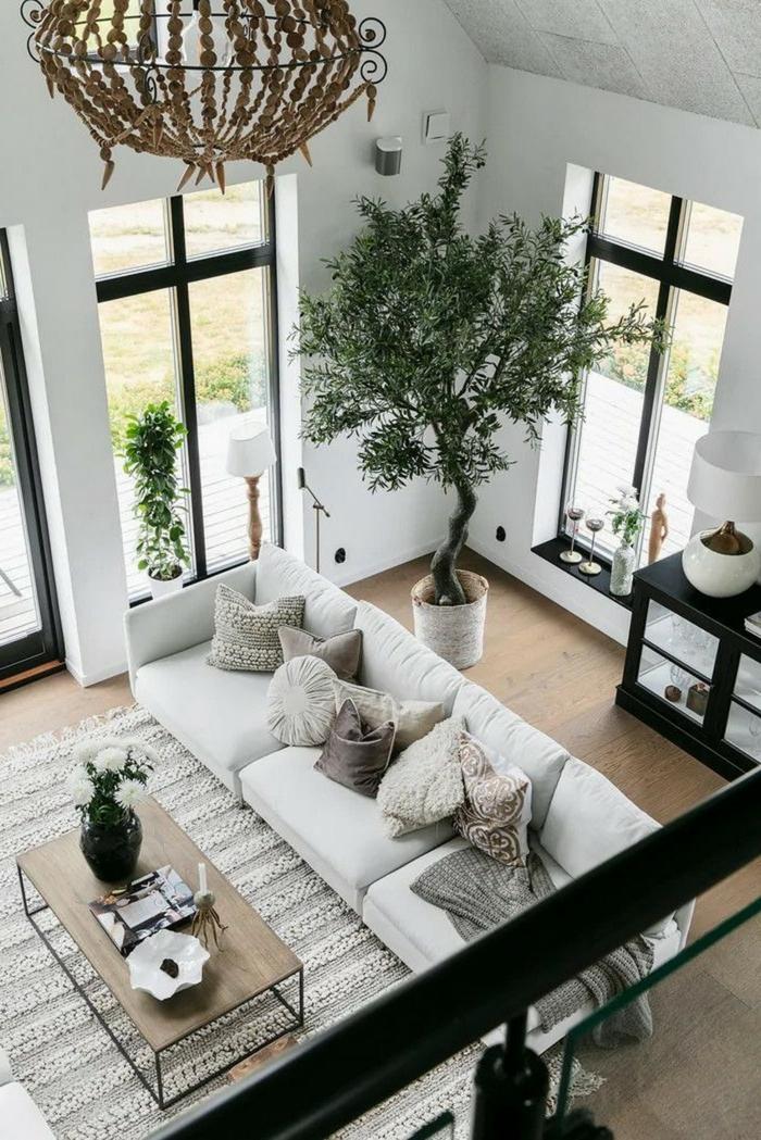 Baum im Wohnzimmer, neutrale Farbgestaltung, moderne Beleuchtung, Wohnzimmer einrichten Beispiele