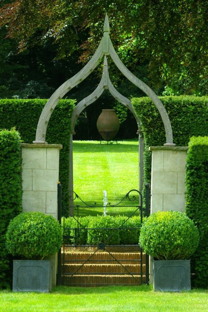 gartentore-und-zäune-grüner-garten