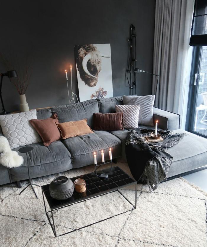 moderne Einrichtung eines Wohnzimmers, Sofa mit viele Kissen, großes Bild an der Wand, Wohnzimmer gestalten