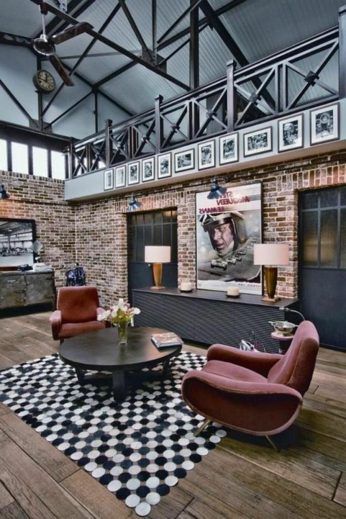 industriale Gestaltung, Backsteinmauer, Filmposter, geometrischer Teppich, Wohnzimmer Ideen modern, sichtbare Balken