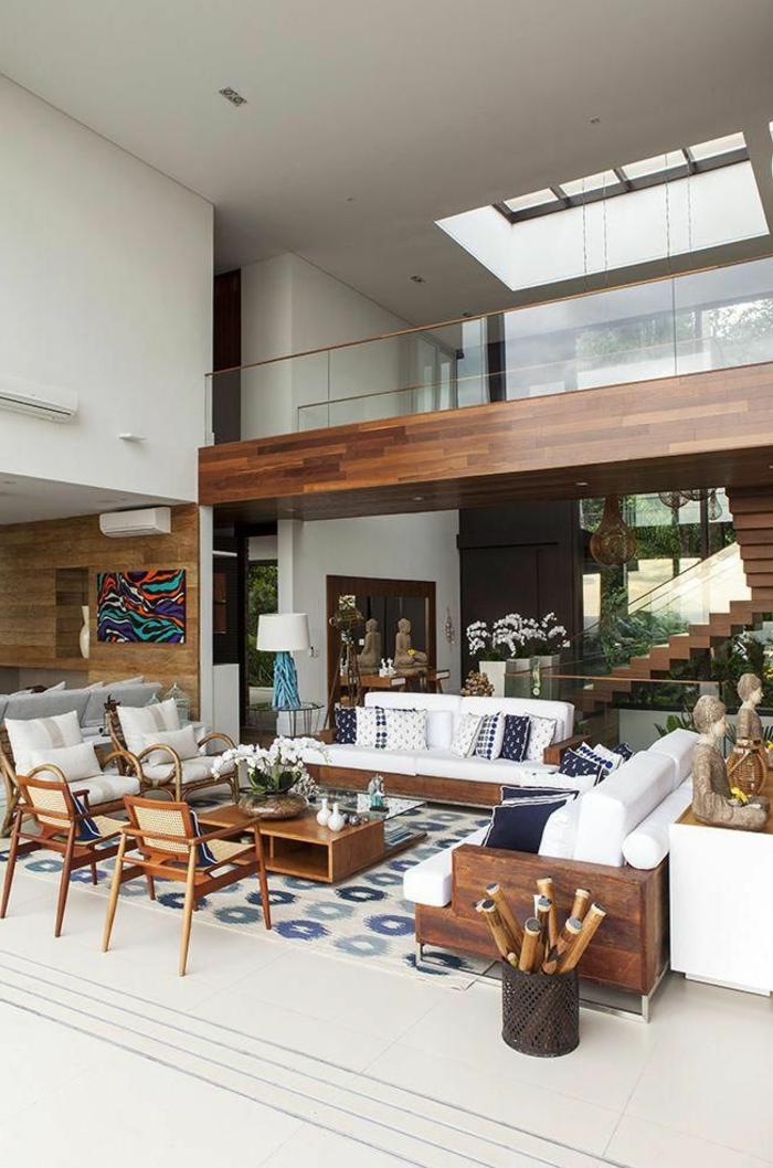 Möbel aus Holz, großes Wohnzimmer einrichten Ideen, Sofa und Sessel in weiß, Treppen aus Holz