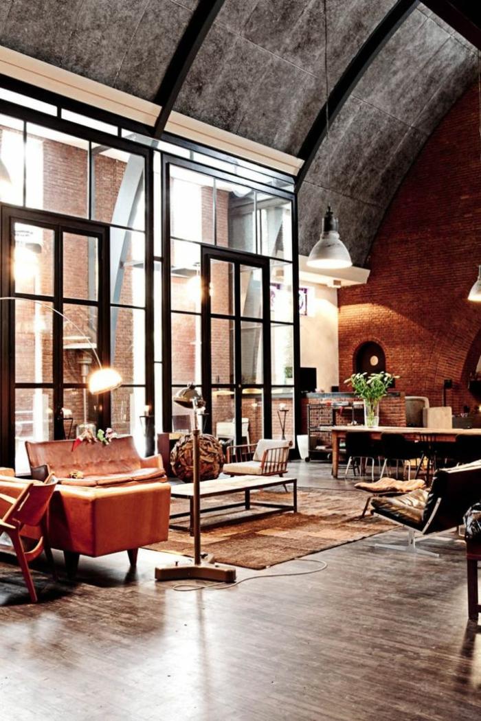 Industrial Chic Style Wohnung, Hängende Lampen aus Metall, Wohnzimmer einrichten modern, große Fenster