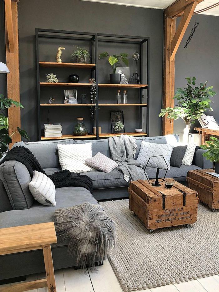 industrialer Stil eines Wohnzimmers, Verwendung von Kisten als Tische, Wohnzimmer einrichten beispiele, sichtbare Balken