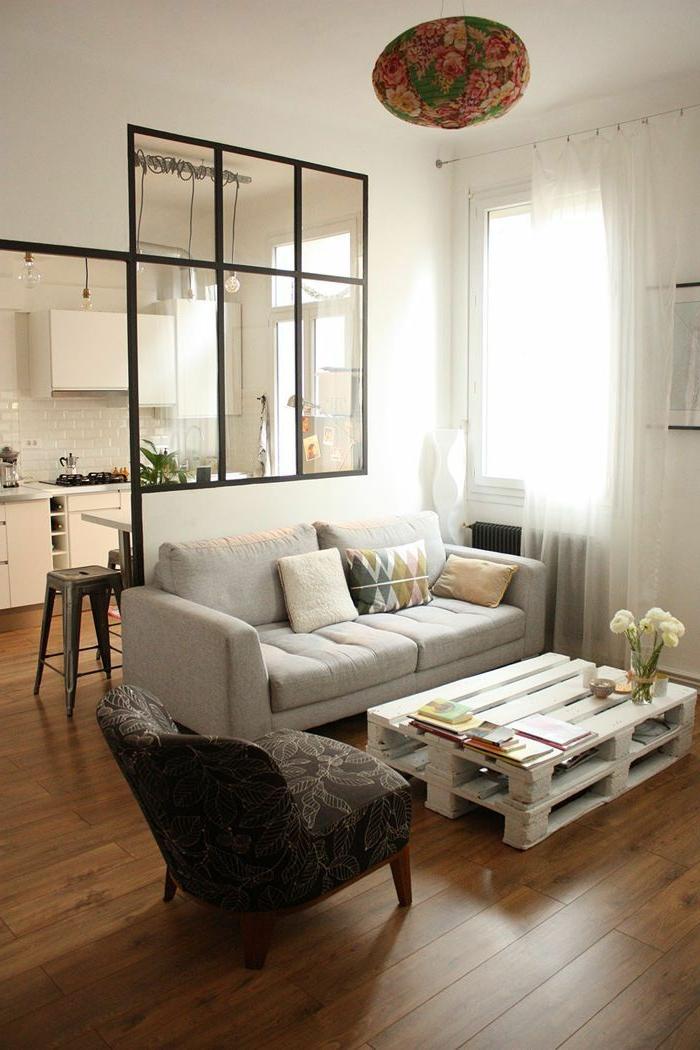 kleines Wohnzimmer gestalten, artistischer Tisch in weiß, kleines Sofa, Trennung von Wohnzimmer und Küche