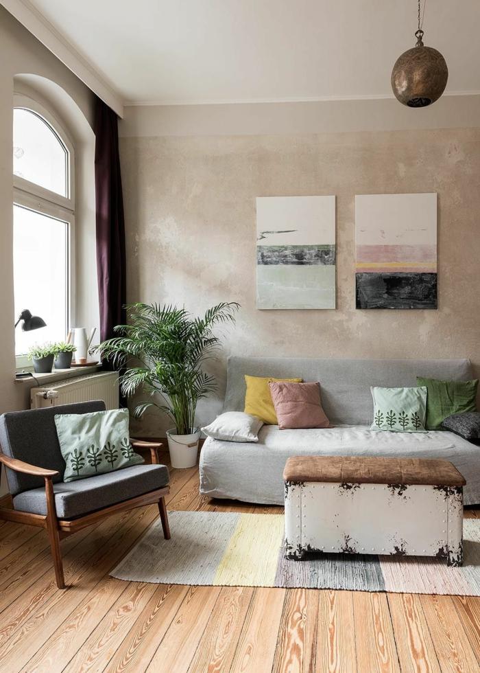 Holzboden, einrichtungsideen Wohnzimmer, pastellfarben, kleine retro Truhe als Tisch, zwei Bilder an der Wand