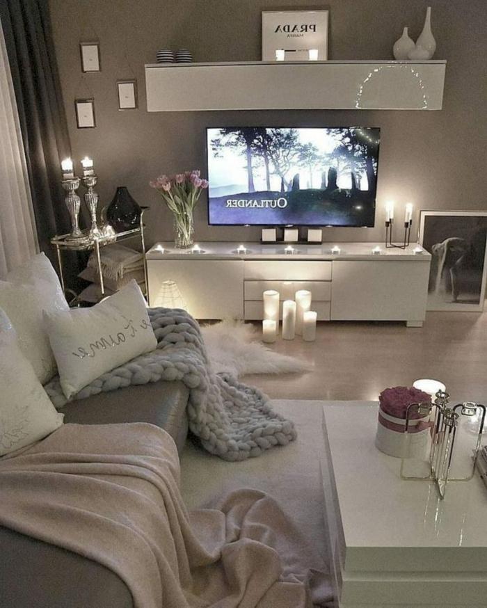 gemütlich und romantisch eingerichteter Raum, kerzen, kuschelige Decken, wohnzimmereinrichtungen