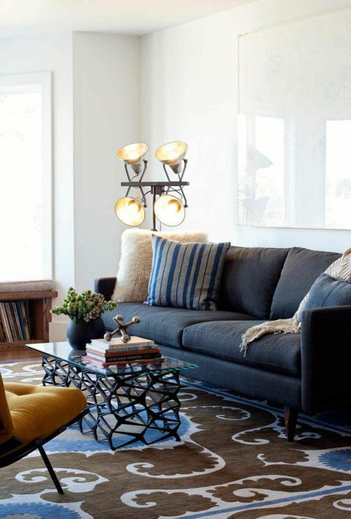 Teppich in blau und grau, blaues Sofa, Lampe aus Metall, Wohnzimmer einrichten Beispiele