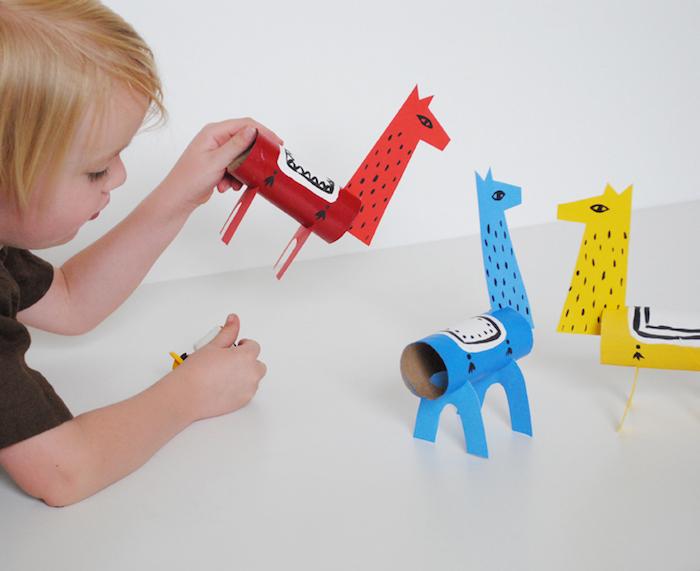 Drei bunte Lamas aus Klorollen und Karton, tolle Bastelideen für Kleinkinder