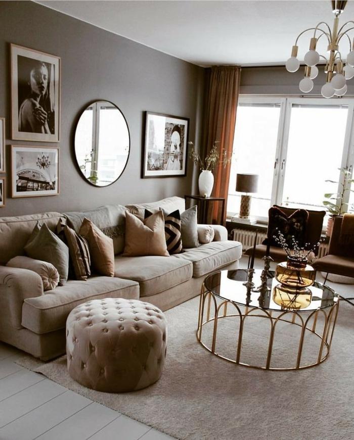 Artistische Fotografien und Spiegel an der Wand, Wohnzimmer einrichten modern, Sofa mit Kissen, Kronleuchter