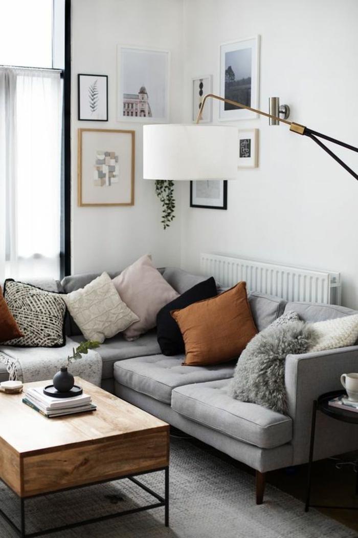 EInrichtung in Pastellfarben, Kissen in verschiedenen Farben, Tisch aus Holz, Wohnzimmer gestalten