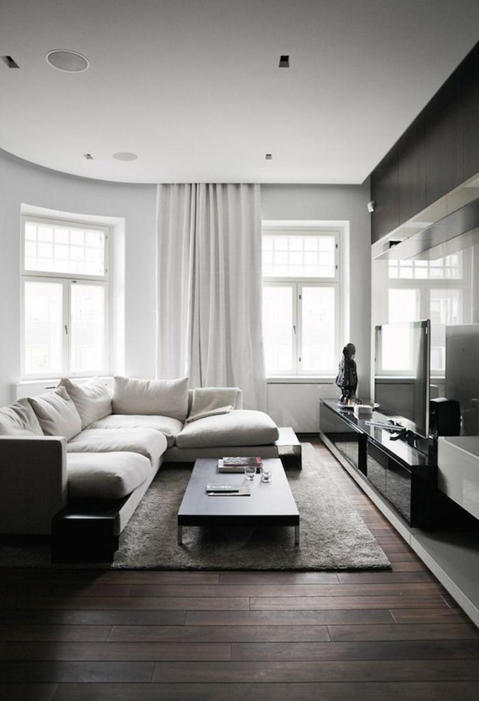 Holzboden, minimalistische Inneneinrichtung, Ecksofa, weiße Gardinen, Wohnzimmer einrichten Beispiele