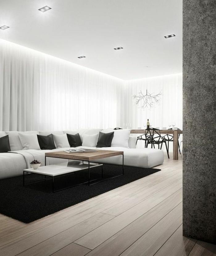 Simple und schlichte Inneneinrichtung, Sofa in weiß mit weißen und schwarzen Kissen, Wohnzimmer gestalten