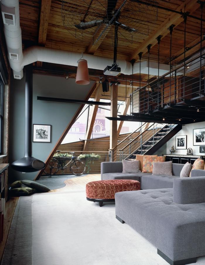 industrialer Stil der Einrichtung, sichtbare Balken, Treppen, moderne Wohnzimmermöbel in verschiedene Farben, hängende Lampen