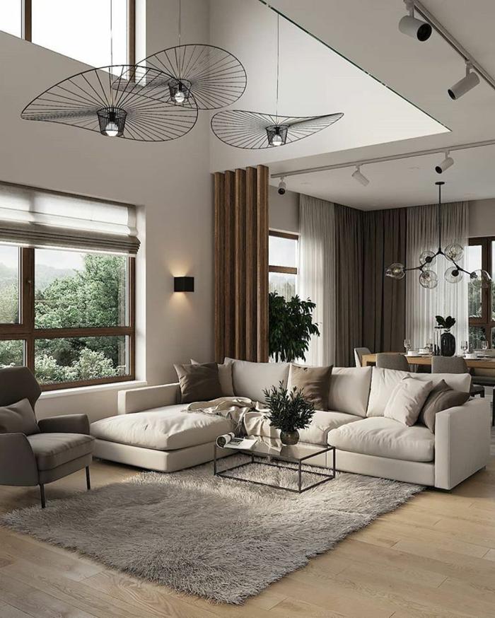 Inneneinrichtung eines großen Wohnzimmers, Ecksofa, flaumiger Teppich, Sofa in beige, Glastisch, Wohnzimmereinrichtungen