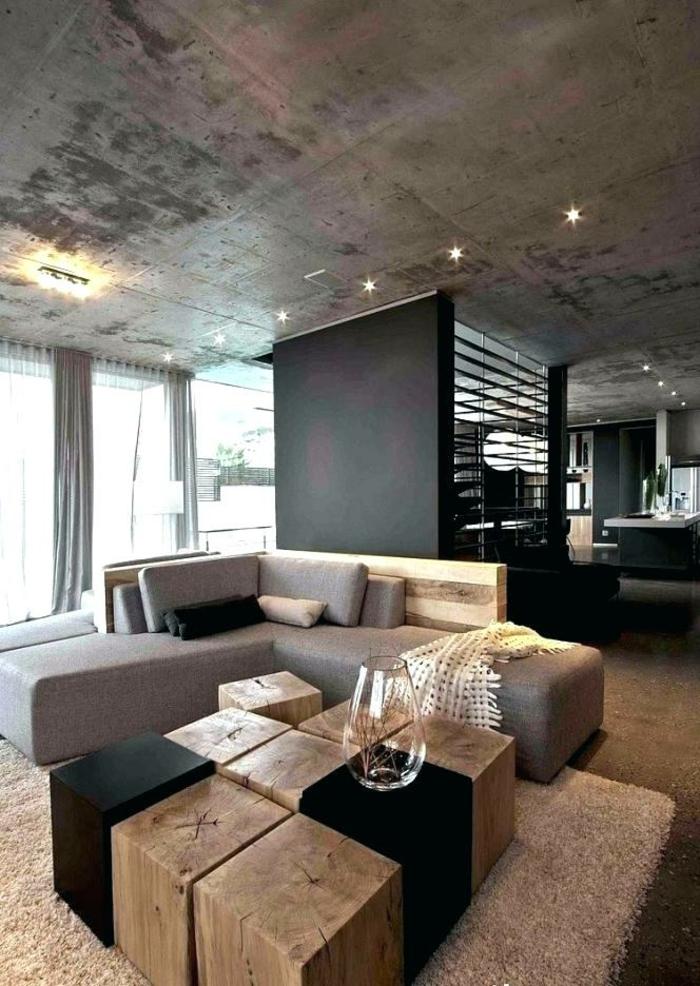 Moderner Tisch aus kleine Holzblöcke, Sofa in grau, Wohnzimmer einrichten Beispiele, Trennung zwischen Wohnzimmer und Küche