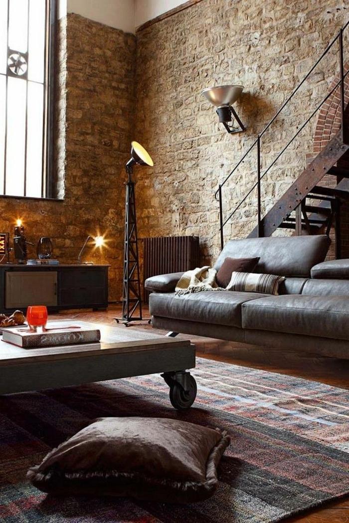 Ziegelsteinmauer, Treppen, moderne Beleuchtung, bunter Teppich, Wohnzimmer einrichten Beispiele, Tisch mit Rollen