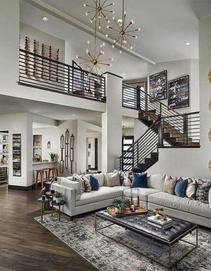 Große Wohnung, Inneneinrichtung in hellen Farben, Kronleuchter, Sofa mit Kissen, Wohnzimmer einrichten Beispiele