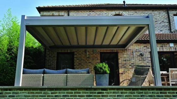 pergola-sonnenschutz-markise-und-loungemöbel