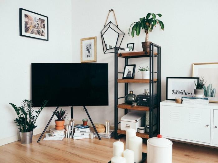kleines Wohnzimmer einrichten, Bilder an der Wand, moderne Inneneinrichtung, Kerzen und Pflanzen