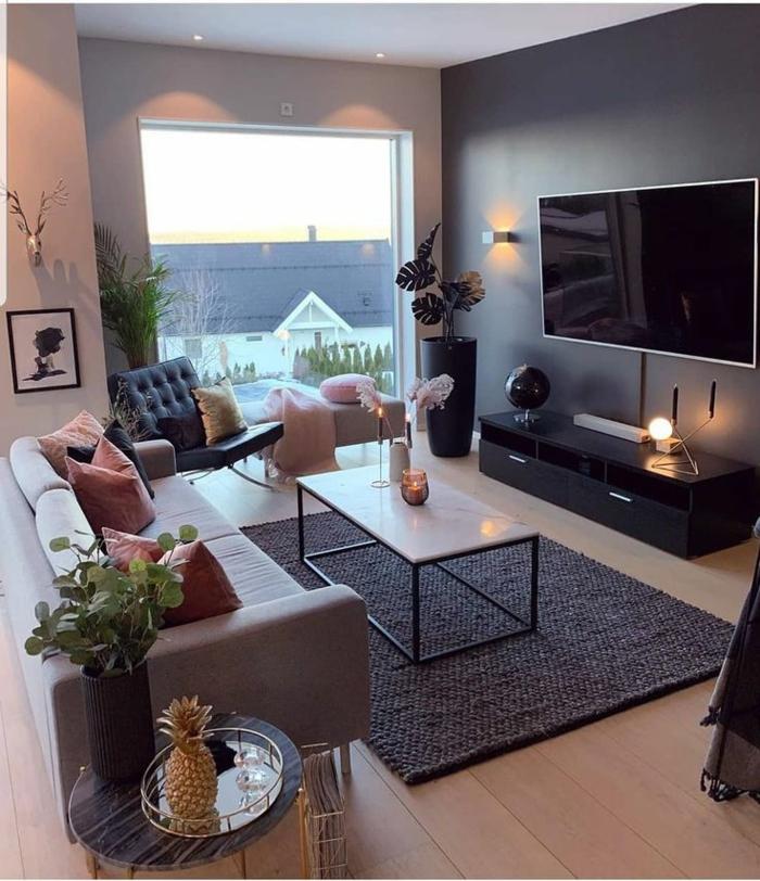 kleines Wohnzimmer einrichten, moderne Inneneinrichtung, großes Fenster, pinke Kissen, Pflanzen