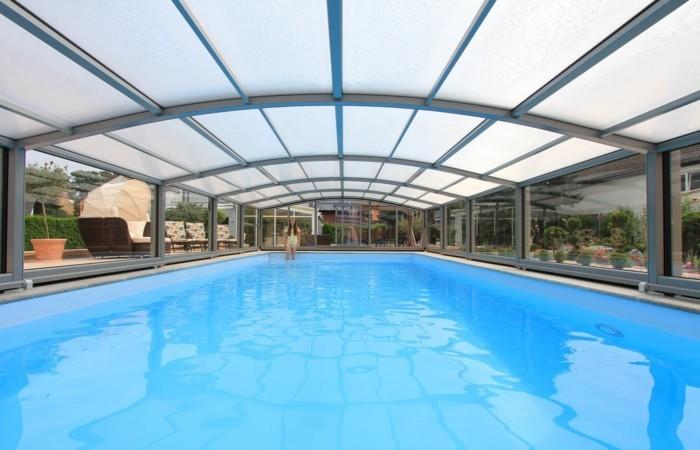 schwimmbadüberdachung-ein-bespiel-für-eine-mittelhohe-poolüberdachung